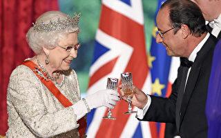 法國紀念諾曼底登陸70週年活動期間,英國女王伊麗莎白二世在愛麗捨宮的晚宴上與法國總統奧朗德互相祝酒。(AFP)