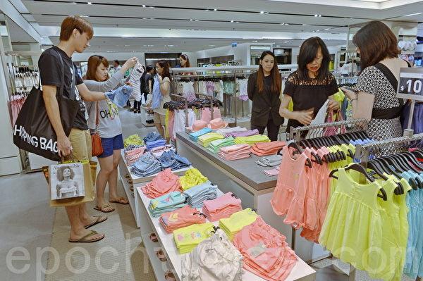 全球最大时装零售商西班牙Inditex集团ZARA 24日进驻中环卡佛大厦,不少香港市民参观抢购。(宋祥龙/大纪元)
