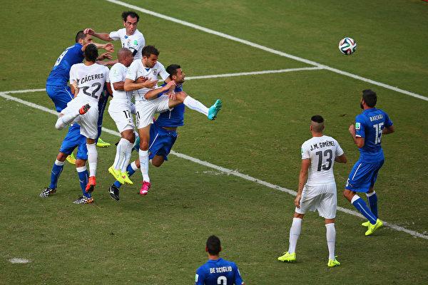 皮球砸到戈丁肩膀上后变向,飞往球门远角。(Julian Finney/Getty Images)