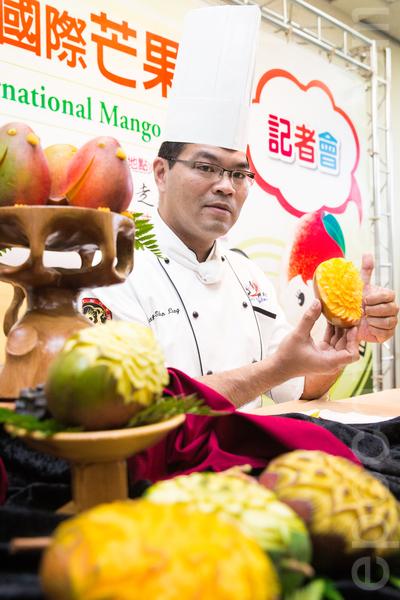 """""""第二届国际芒果节""""行前记者会于24日在台北举行,现场并示范果雕。(陈柏州/大纪元)"""