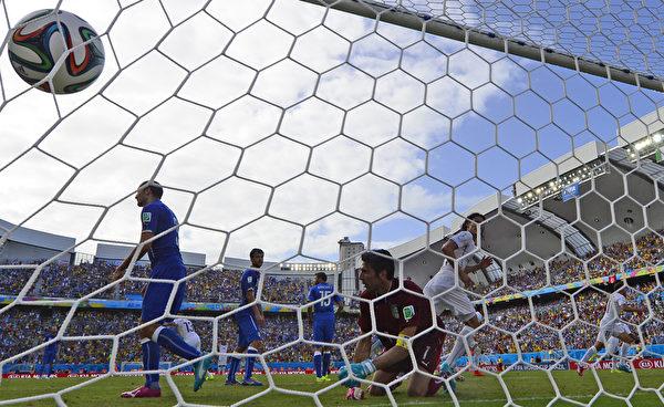 尽管布冯飞身扑救,但无奈速度快、角度刁,未能阻止皮球进网。(DANIEL GARCIA/AFP)