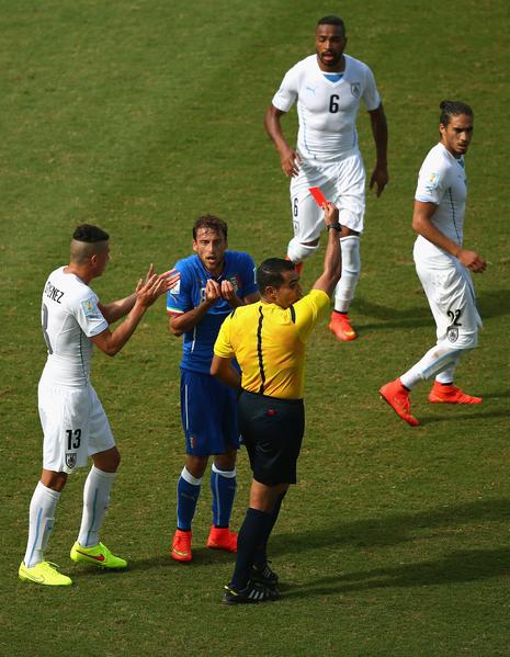 马尔基西奥被红牌罚下,意大利仅剩10人应战。(Julian Finney/Getty Images)
