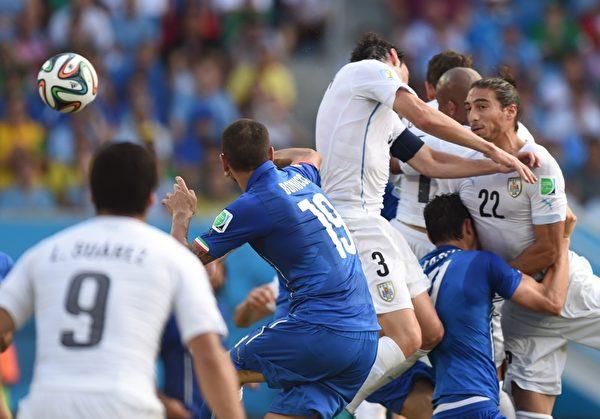 第81分钟,乌拉圭的拉米雷斯开出角球,禁区内抢点混乱中,皮球砸在高高跃起的戈丁(3号)肩膀上。(JAVIER SORIANO/AFP)