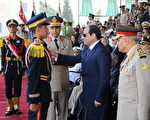 埃及法院判决3名记者7年刑期,埃及总统施思称不干涉司法判决。图为2014年6月24日,施思(右二)参加军事学院毕业典礼。(Pool-Egyptian Presidential Press Office/Anadolu Agency/Getty Images)