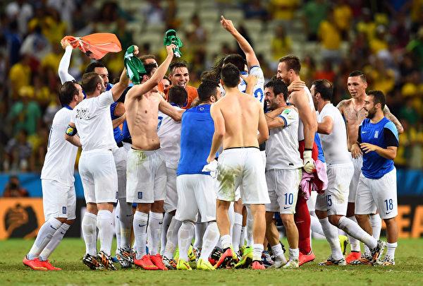 希腊队员在比赛结束前的最后一刻,起死回生,那种喜悦,只有队友们最了解。 ( Jamie McDonald/Getty Images)