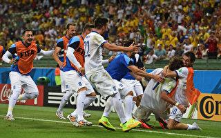 希臘隊員在比賽結束前的最後一刻,起死回生,那種喜悅,只有隊友們最瞭解。   ( Laurence Griffiths/Getty Images)