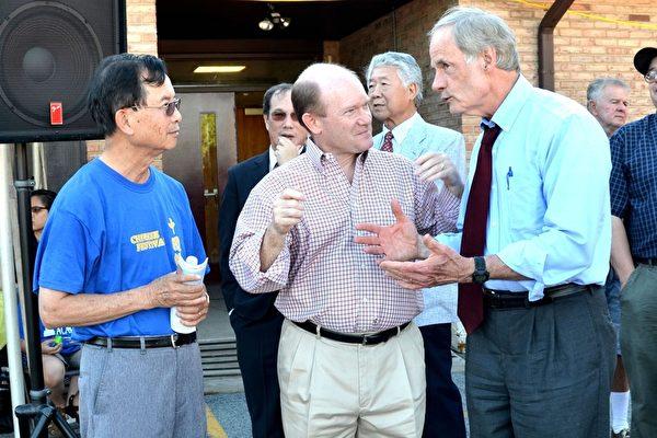 中國節開幕式上,聯邦參議員Tom Carper(右一)、Chris Coon(中)和華美聯誼中心主席何芳樂在交談。(良克霖/大紀元)