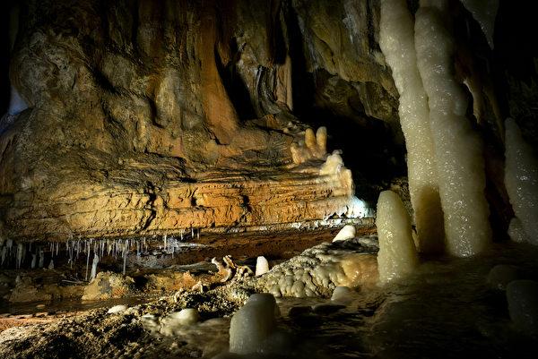 肖維巖洞面積達8000平方米巖洞內繪有超過1,000幅壁畫(AFP PHOTO / JEFF PACHOUD)