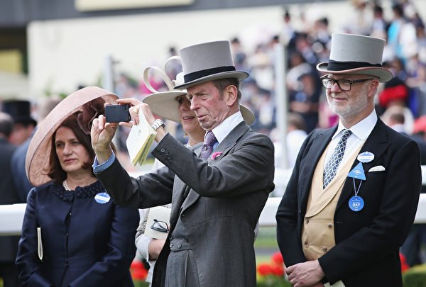 肯特公爵愛德華王子(中)在觀看比賽(Chris Jackson/Getty Images for Ascot Racecourse)