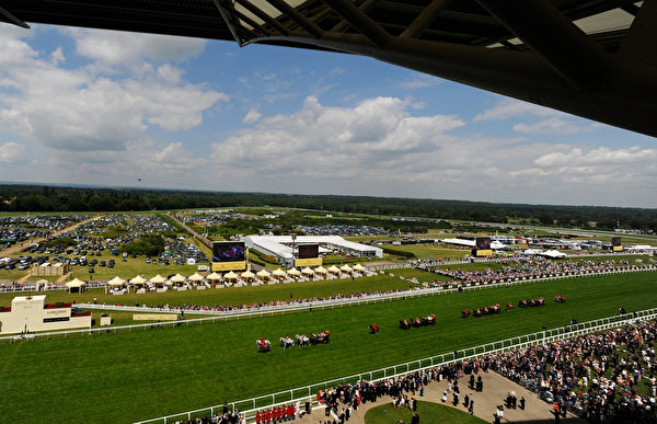 從阿斯科特賽馬場看台瞭望賽場(Alan Crowhurst/Getty Images for Ascot Racecourse)