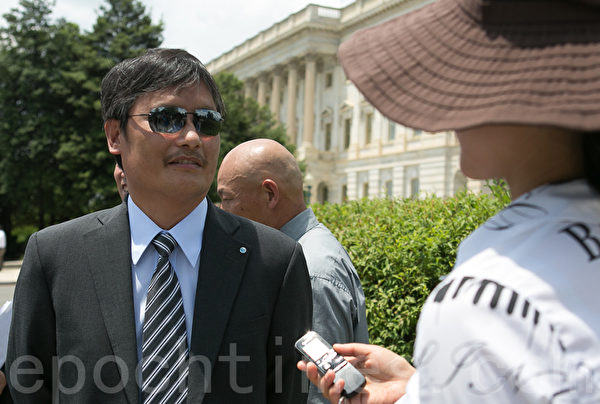 人权活动家、中国盲人人权律师陈光诚说,从一开始,中共就没有想让香港实行法治和自治。(摄影:李莎/大纪元)