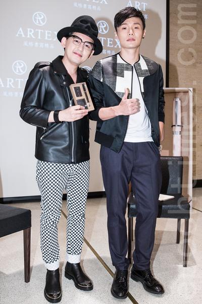 艺人黄子佼(左)、大陆歌手李荣浩(右)6月26日在台北出席文具品牌记者会。(陈柏州/大纪元)