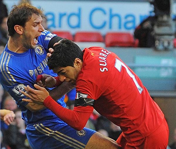 蘇亞雷斯有在比賽中咬人的前科。2013年4月21日的英超聯賽中,他曾對切爾西的塞爾維亞後衛伊万諾維奇(左)首次「亮牙」。(ANDREW YATES/AFP)