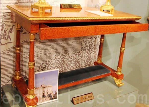 Butchoff展位上,英王喬治四世讓當時倫敦一家木匠店所做的一張安波那木(紫檀類)書桌,放於溫莎城堡內,約製造於1828年。(曹鶯飛/大紀元)