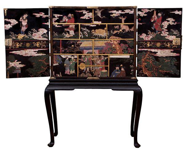 Anthony Outred同日賣出的另一件17世紀的裝飾著中國風景人物和動物的鍍金漆櫃(Anthony Outred 提供)