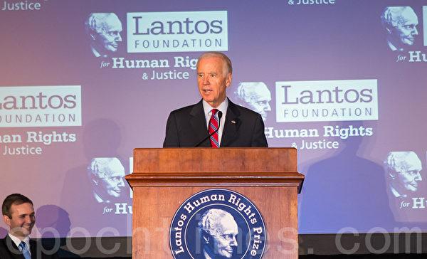 美東時間6月26日,蘭托斯基金會(Lantos Foundation for Human Rights and Justice)在美國國會山舉行第六屆頒獎典禮,授予以色列總統希蒙.佩雷斯(Shimon Peres)「蘭托斯人權獎」( Lantos Human Rights Prize)。圖為美國副總統拜登(Joe Biden) 。(攝影:李莎/大紀元)