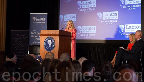 美東時間6月26日,蘭托斯基金會(Lantos Foundation for Human Rights and Justice)在美國國會山舉行第六屆頒獎典禮,授予以色列總統希蒙.佩雷斯(Shimon Peres)「蘭托斯人權獎」( Lantos Human Rights Prize)。圖為蘭托斯基金會顧問委員會共同主席安妮特.蘭托斯( Annette Lantos Tillemann-Dick)致辭 。(攝影:李莎/大紀元)