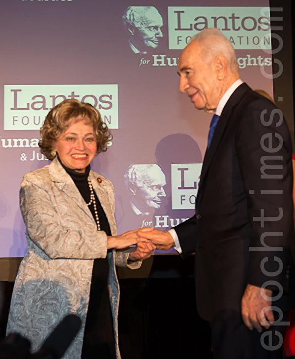 美東時間6月26日,蘭托斯基金會(Lantos Foundation for Human Rights and Justice)在美國國會山舉行第六屆頒獎典禮,授予以色列總統希蒙.佩雷斯(Shimon Peres)「蘭托斯人權獎」( Lantos Human Rights Prize)。圖為已故蘭托斯基金會創始人湯姆.蘭托斯的妻子安妮特.蘭托斯(Annette Lantos)和蘭托斯人權獎獲得者、以色列總統希蒙.佩雷斯。(攝影:李莎/大紀元)