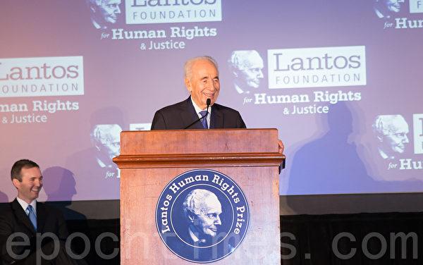 美東時間6月26日,蘭托斯基金會(Lantos Foundation for Human Rights and Justice)在美國國會山舉行第六屆頒獎典禮,授予以色列總統希蒙.佩雷斯(Shimon Peres)「蘭托斯人權獎」( Lantos Human Rights Prize)。圖為本屆蘭托斯人權獎獲得者 佩雷斯 。(攝影:李莎/大紀元)