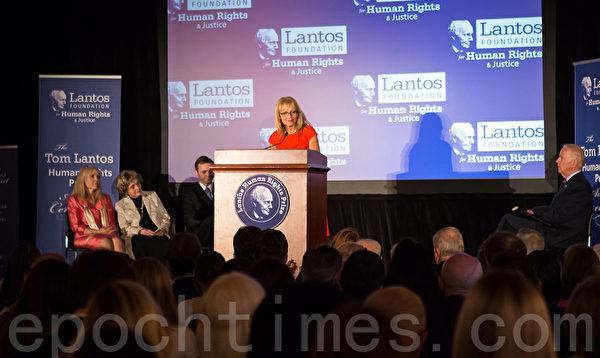 美東時間6月26日,蘭托斯基金會(Lantos Foundation for Human Rights and Justice)在美國國會山舉行第六屆頒獎典禮,授予以色列總統希蒙.佩雷斯(Shimon Peres)「蘭托斯人權獎」( Lantos Human Rights Prize)。圖為蘭托斯基金會主席卡特里娜 .蘭托斯.斯維特(Katrina Lantos Swett)致辭 。(攝影:李莎/大紀元)