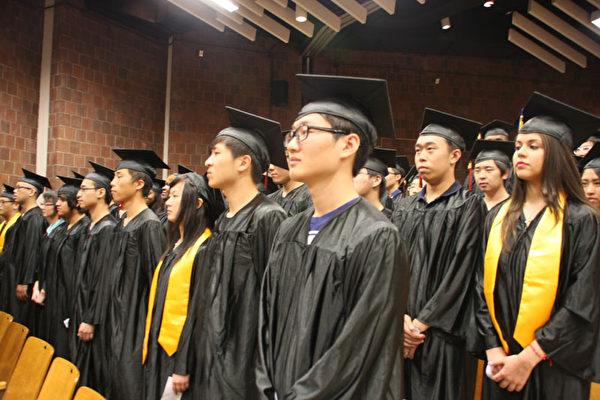6月26日,位于华埠的下东城高中为92名学生举行了毕业典礼。(王依澜/ 大纪元)