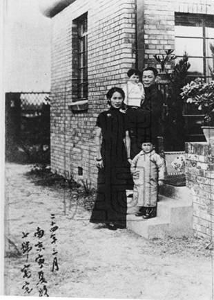 梁寒操及其夫人公子在南京寓邸合影(作者提供)