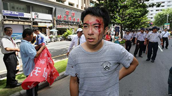 中共国台办主任张志军27日南下高雄参访,并与高雄市长陈菊见面。汉来巨蛋场外抗议人士与警方发生推挤,有人挂彩血流满面。(AFP)