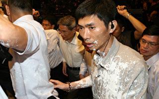 中共國台辦主任訪臺遭潑白漆撒冥錢抗議