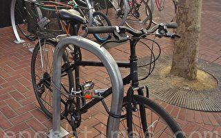 旧金山市场街上多重防护的自行车 (杨帆/大纪元)