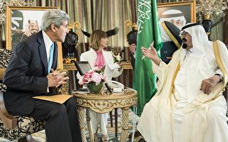 美國國務卿凱瑞(John Kerry,左)與沙烏地阿拉伯國王阿布杜拉(Abdullah,右)6月27日在伊拉克危機會議上,討論全球石油供應的問題。(BRENDAN SMIALOWSKI/AFP)