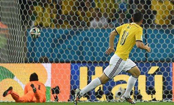 哥伦比亚中场明星罗德里格斯在6月28日同乌拉圭的比赛中独中两元,位列巴西世界杯射手榜第一位。(EITAN ABRAMOVICH/AFP/Getty Images)