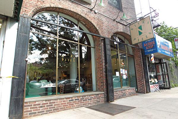 位於森林小丘(Forest Hills)繁華商業街的Nick's Pizza店。(圖:張學慧/大紀元)