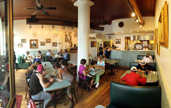 餐廳內顧客正在津津有味的品嚐披薩。(圖:張學慧/大紀元)