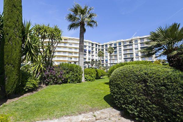 戛纳城内的La Croisette大道和La Californie大道上的房产,特别是如豪华顶层公寓和酒店式公寓有很高的需求。他们为投资者提供了久负盛名,低维护性,而步行距离就涵盖了戛纳的市中心、海滩和著名的五星级餐厅。(开发商提供)