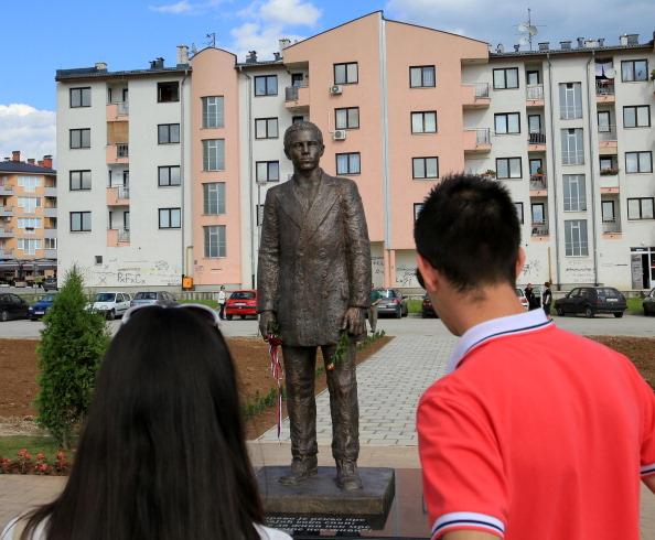 引发第一次世世界大战的普林西普,欧洲人视其恐怖份子,但塞尔维亚人视其为民族英雄,在2014年6月27日为其在塞族聚集的东萨拉热窝竖立铜像纪念。(Duru/Anadolu Agency/Getty Images)