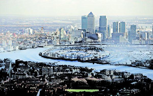 伦敦作为国际地产热点依然吸引了大量的海外投资,所以伦敦中心的房价在继续升高的同时,也产生了显着的涟漪扩散效应,特别是在英国经济复苏的背景中,周边地区房价受伦敦房价增长所带动,前景更为看好。(大纪元合成图片)