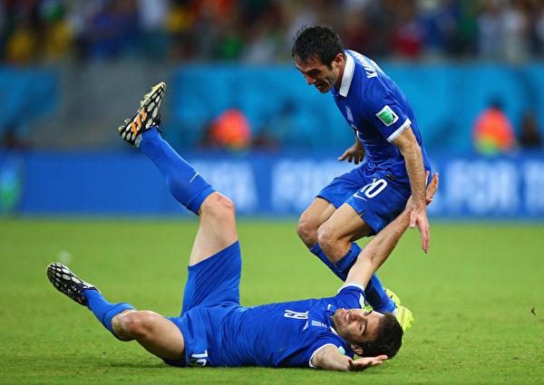 6月29日希腊和哥斯达黎加争夺8强座位的比赛中,希腊后卫帕帕斯塔索普洛斯在第91分钟补射破门将比分追成1-1平后,在地上翻滚庆祝。 (Paul Gilham/Getty Images)