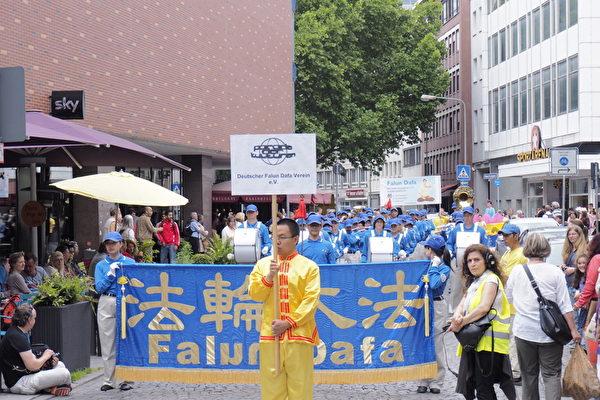 组图:法轮功在法兰克福文化节上(2)