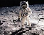"""宇航员在太空轨道上常常会遇到各种稀奇古怪的事,其中不少咄咄怪事。图为1969年7月20日,美国宇航员尼尔‧阿姆斯特朗(头盔中影像)和巴兹‧奥尔德林(图中)乘""""阿波罗11号""""飞船首次登月。(NASA/AFP/Getty Images)"""