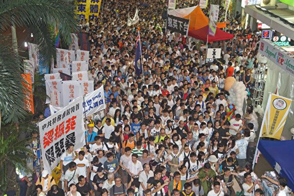 2013年7月1日,43万港人无惧风雨参加七一大游行,高喊港共特首梁振英下台,图为法轮功的游行队伍。(摄影:潘在殊/大纪元)