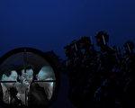 近日,江泽民集团的二次大动作招致习近平阵营还击,凸显中南海博弈空前,中共已是风雨飘摇。图为在天安门前站岗的卫兵。(大纪元合成图片)