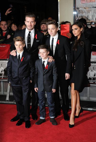 2013年12月1日,貝克漢姆夫婦和三個兒子出席英超曼聯隊紀錄片《92班》在倫敦舉行的全球首映式。左起:羅密歐、大衛、克魯茲、布魯克林和維多利亞•貝克漢姆。(Stuart C. Wilson/Getty Images)