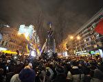 从10月21日开始,波兰新修订的去共产主义法生效。图为2013年12月8日乌克兰基辅,市中心的一座列宁塑像被推倒后,民众欢呼庆祝。乌克兰民众近年来在全国掀起推倒列宁雕像的弃共行动。(GENYA SAVILOV/AFP)