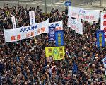 """2014年3月2日,香港一万三千人站出来参加多个新闻团体联合举办的""""新闻界反暴力联席""""游行,誓言要追查刺杀明报前总编刘进图的真凶,捍卫新闻自由;香港《大纪元时报》的游行队伍最受瞩目和欢迎。(潘在殊/大纪元)"""