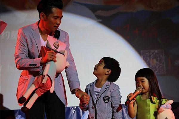 曹格和他的一对儿女参加《爸爸去哪儿2》的节目。(就是音乐提供)