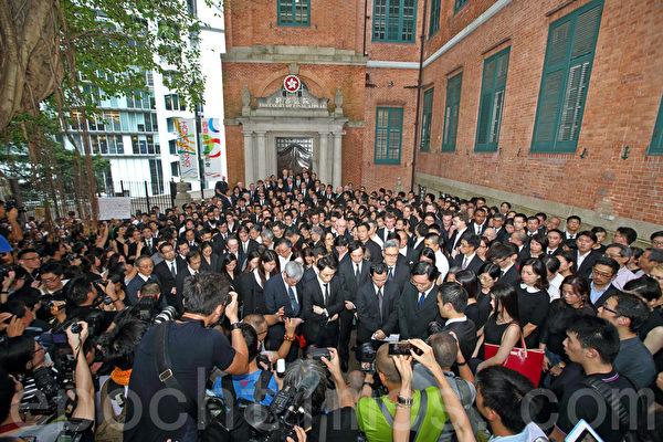香港法律界6月27日发起黑衣静默游行,抗议中共国务院新闻办发表的白皮书,有1,800人参与,是历次游行最多,多个大律师公会前主席走在游行的最前列。(潘在殊/大纪元)