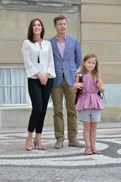 已上小學的丹麥小公主伊莎貝拉(右)與父母——弗雷德里克王儲與瑪麗王儲妃。(Torsten Laursen/Getty Images)