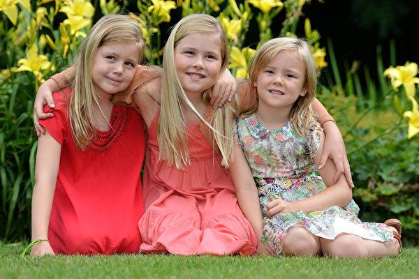 荷蘭國王威廉•亞歷山大和妻子馬克西瑪王妃的三個女兒:凱薩琳娜—亞瑪莉亞(中)、艾麗西亞(左)和艾莉安娜小公主。(Sascha Steinbach/Getty Images)