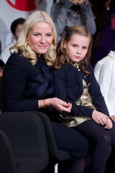挪威小公主英格麗德•亞歷山德拉與媽媽梅特•瑪麗特王儲妃(Ragnar Singsaas/Getty Images)