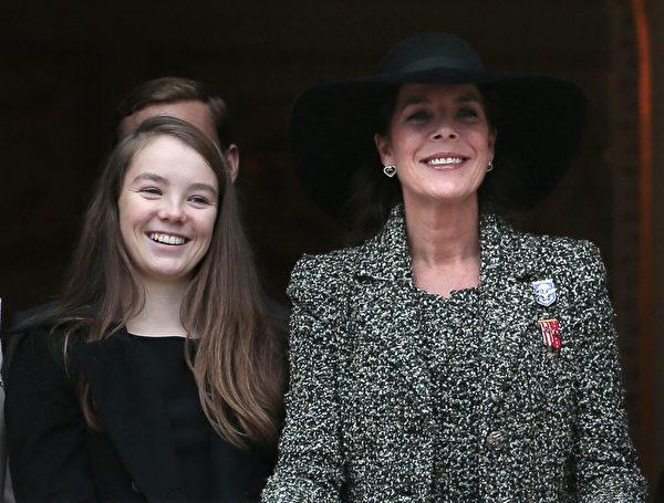 摩納哥公主卡羅琳與小女兒——14歲的小公主亞歷山德拉。(VALERY HACHE/AFP/Getty Images)